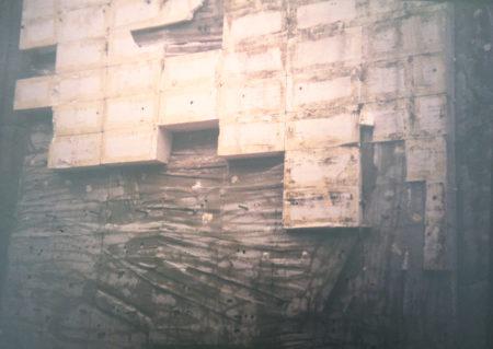 Entstehung Kletter Freianlage, die Betonwand wird vom Styropor befreit