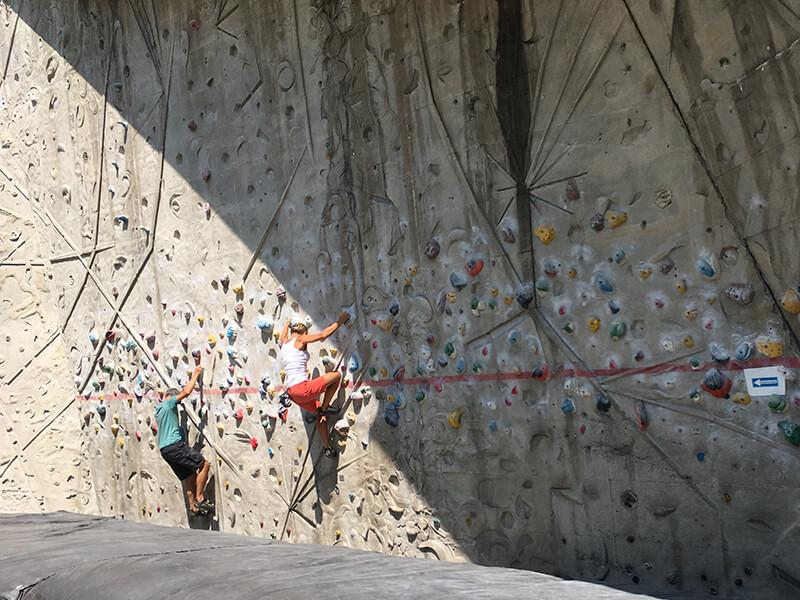 Der Schrein, leicht geneigte Wand