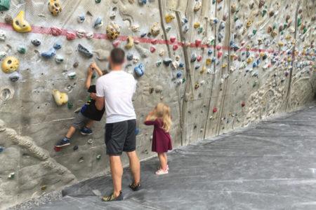 Kinder probieren Bouldern am Schrein