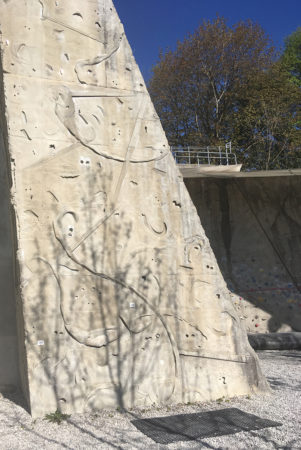 Turm mit Schrein im Hintergrund